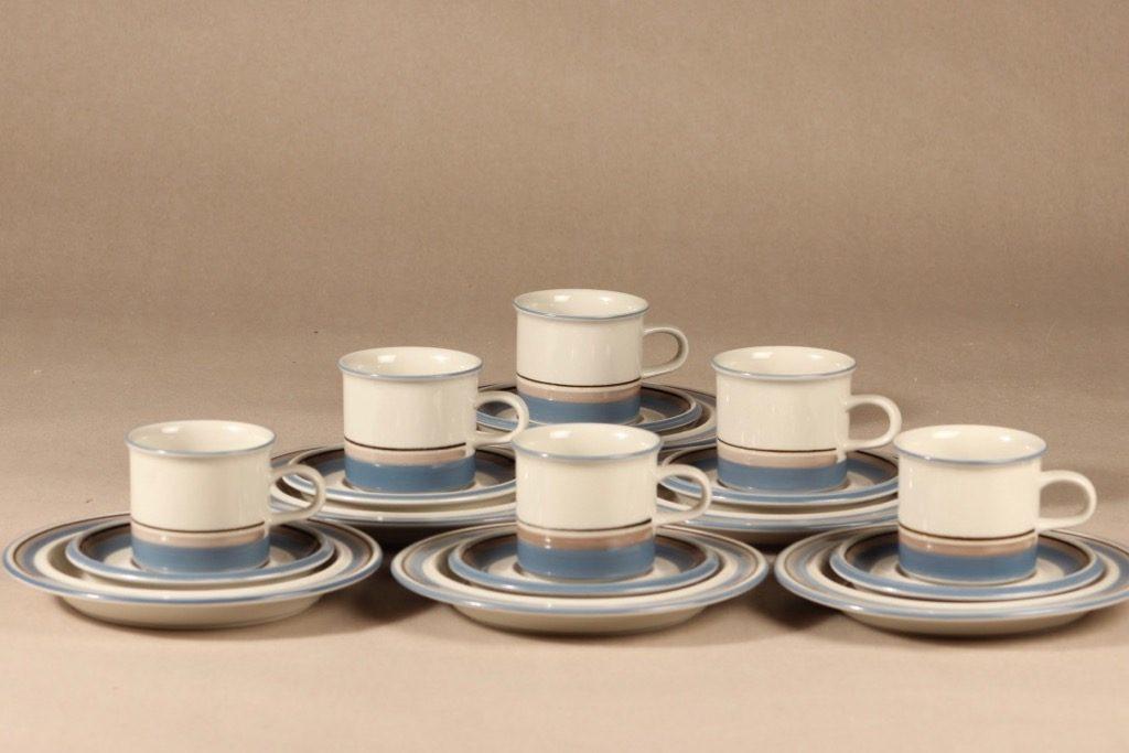 Arabia Uhtua kahvikuppi ja lautaset, 3 osaa, 6 kpl, suunnittelija Inkeri Leivo, 3 osaa, raitakoriste