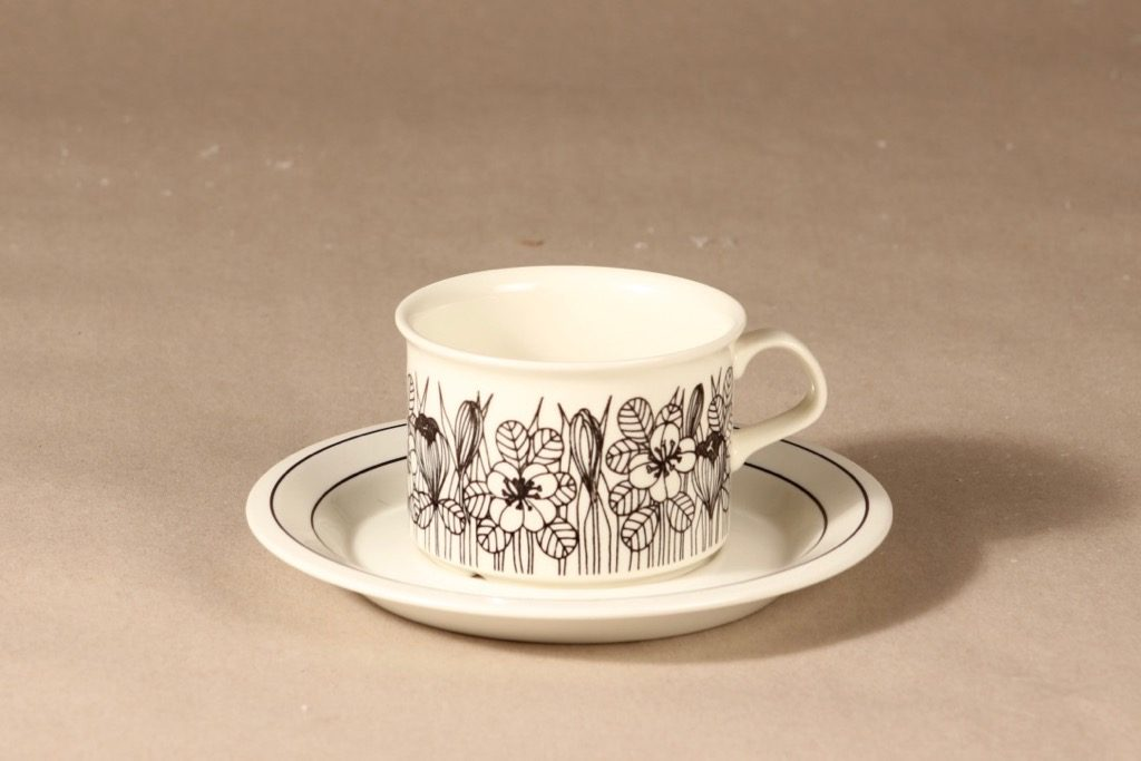 Arabia Krokus teekuppi, mustavalkoinen, suunnittelija Esteri Tomula, serikuva, kukka-aihe