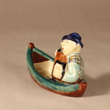 Kupittaan savi 868 figuuri, Haitarinsoittaja veneessä, suunnittelija , Haitarinsoittaja veneessä, käsinmaalattu, naivismi, signeerattu kuva 2