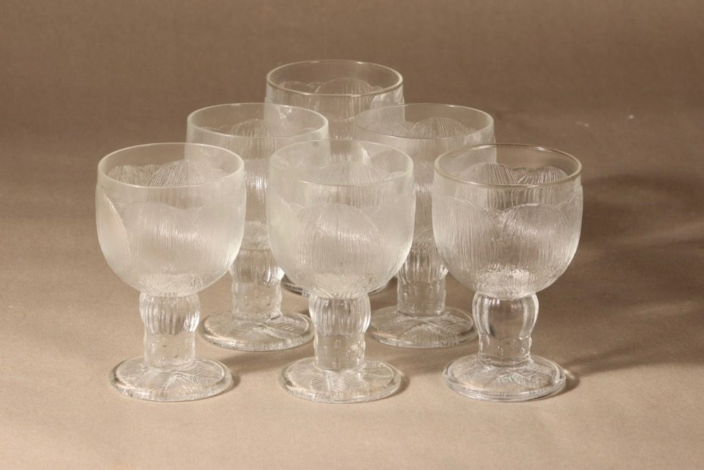 Pioni wine glass designer Oiva Toikka