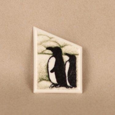 Arabia rintakoru, Herra ja Rouva Pingviini, suunnittelija Heljä Liukko-Sundström, Herra ja Rouva Pingviini, signeerattu, serikuva
