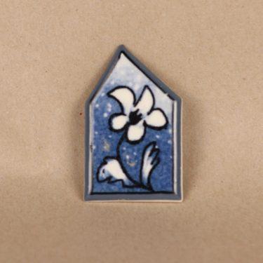 Arabia rintakoru, Sininen ilosilmä, suunnittelija Heljä Liukko-Sundström, Sininen ilosilmä, signeerattu, serikuva