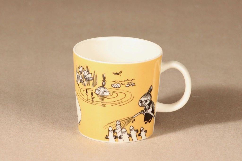 Arabia Muumi muki, tumma keltainen, suunnittelija Tove Slotte, serikuva, Pikku Myy