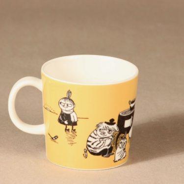 Arabia Muumi muki, tumma keltainen, suunnittelija Tove Slotte, serikuva, Pikku Myy kuva 2
