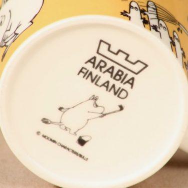 Arabia Muumi muki, tumma keltainen, suunnittelija Tove Slotte, serikuva, Pikku Myy kuva 4