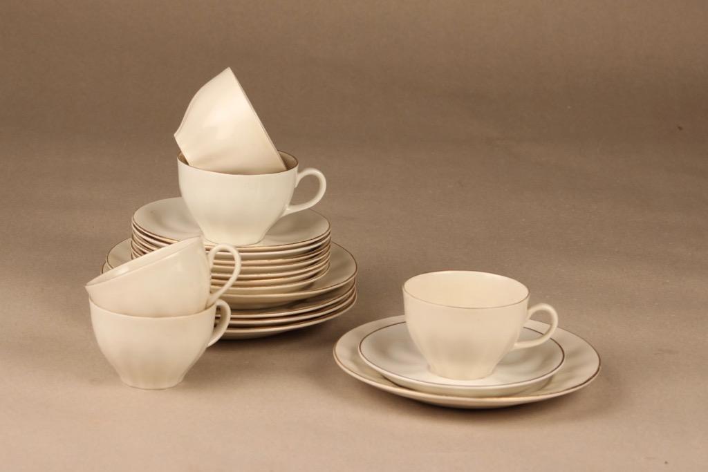 Arabia OZ kahvikuppi ja lautaset, valkoinen, 5 kpl, suunnittelija Kaj Franck, Kuppi 5.2*7.8 cm, asetin halkaisija 12.8 cm, pullalautasen 16.3 cm.
