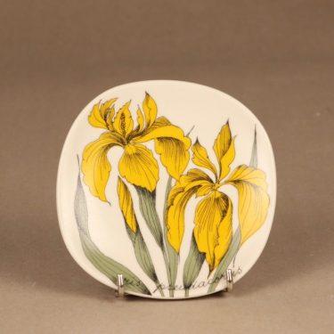 Arabia Botanica seinälautanen, Keltainen kurjenmiekka, suunnittelija Esteri Tomula, Keltainen kurjenmiekka, iris