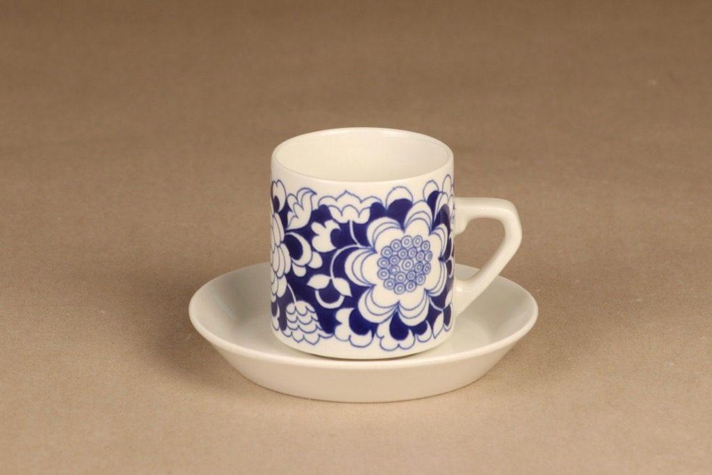 Arabia Gardenia kahvikuppi, sininen, suunnittelija Esteri Tomula, serikuva, kukka-aihe