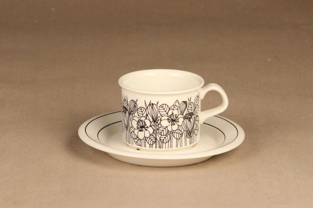 Arabia Krokus kahvikuppi, mustavalkoinen, suunnittelija Esteri Tomula, serikuva, kukka-aihe