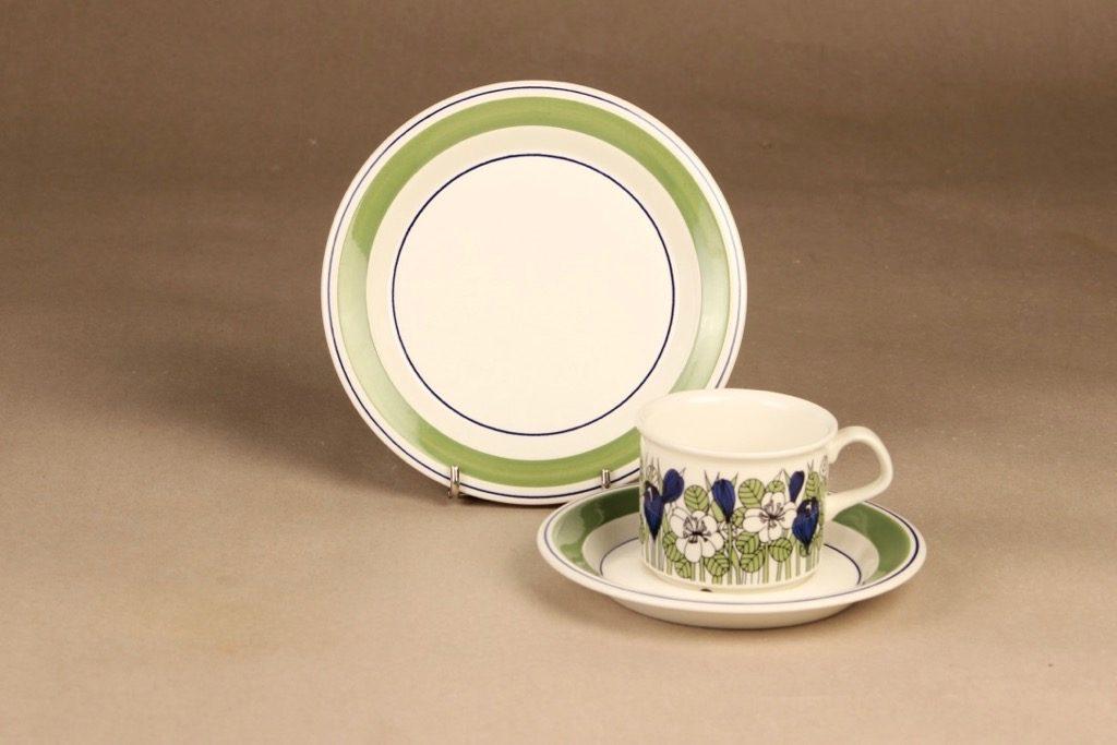 Arabia Krokus kahvikuppi ja lautaset, vihreä, suunnittelija Esteri Tomula, serikuva, kukka-aihe