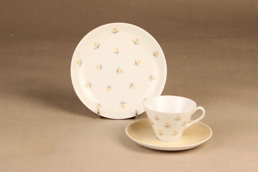 Arabia Monica kahvikuppi ja lautaset,, suunnittelija Esteri Tomula, , Kuppi 5.5*3.3-8.1 cm, asetin halkaisija 13.3 cm, pullalautasen 15.2 cm