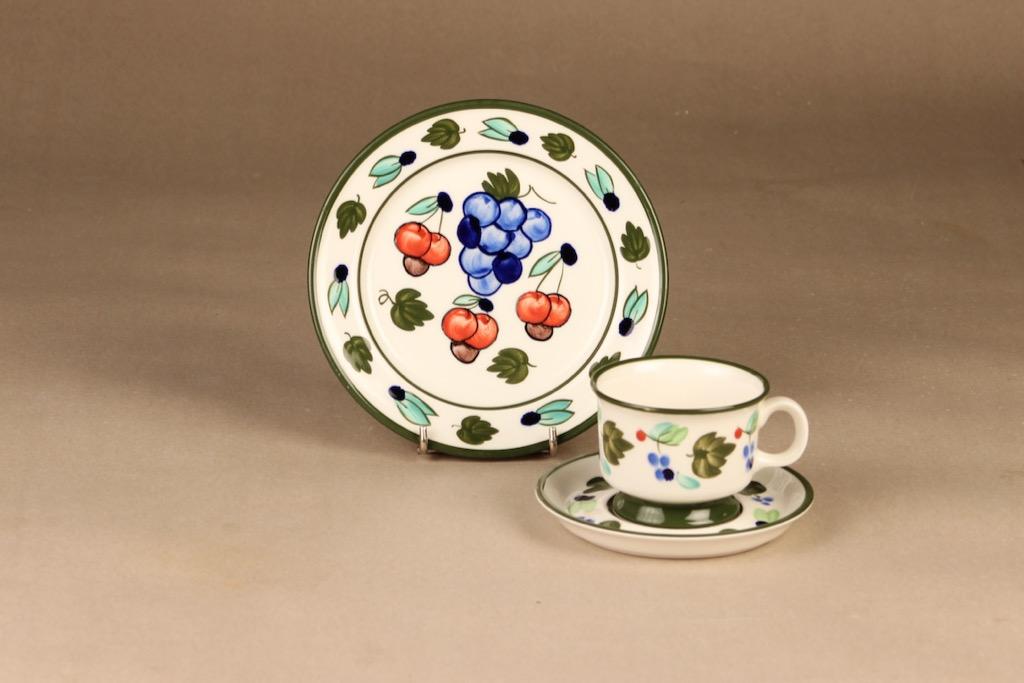 Arabia Palermo kahvikuppi ja lautaset, käsinmaalattu, suunnittelija Dorrit von Fieandt, käsinmaalattu, signeerattu