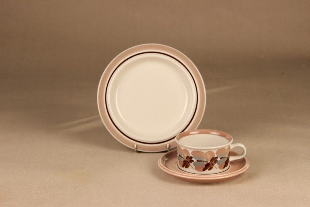 Arabia Koralli teekuppi ja lautaset, vaaleanpunainen, suunnittelija Raija Uosikkinen,