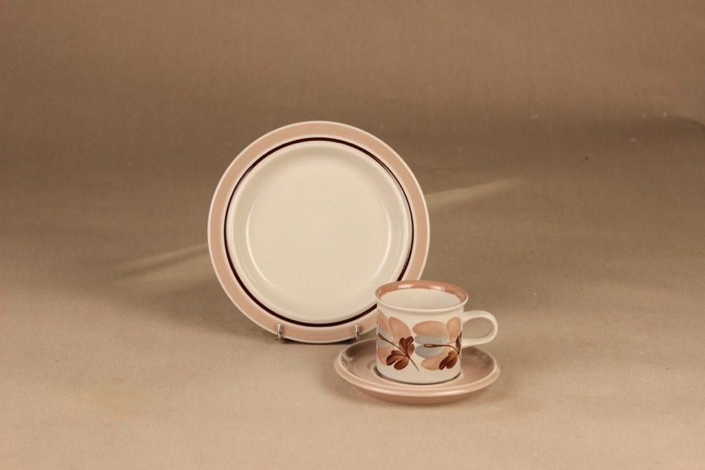 Arabia Koralli kahvikuppi ja lautaset, vaaleanpunainen, suunnittelija Raija Uosikkinen,