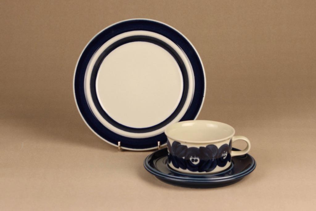 Arabia Anemone teekuppi ja lautaset, käsinmaalattu, suunnittelija Ulla Procope, käsinmaalattu, käsinmaalattu