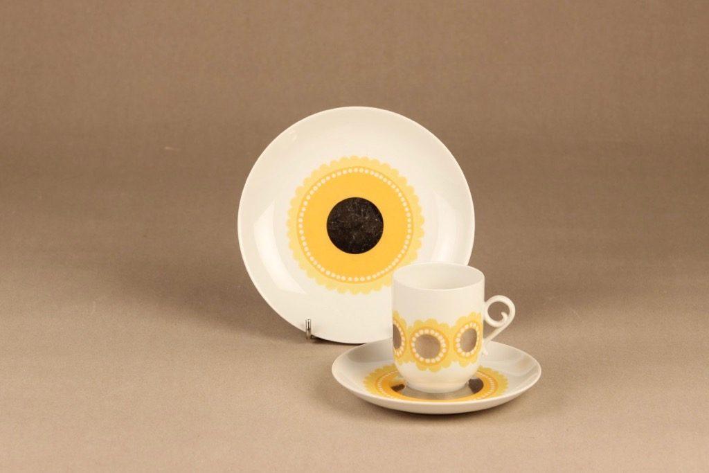 Arabia Tanja kahvikuppi ja lautaset, keltainen, suunnittelija Esteri Tomula, serikuva