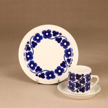 Arabia Aamu kahvikuppi ja lautaset, sininen, suunnittelija Esteri Tomula, serikuva, kukka, köynnös