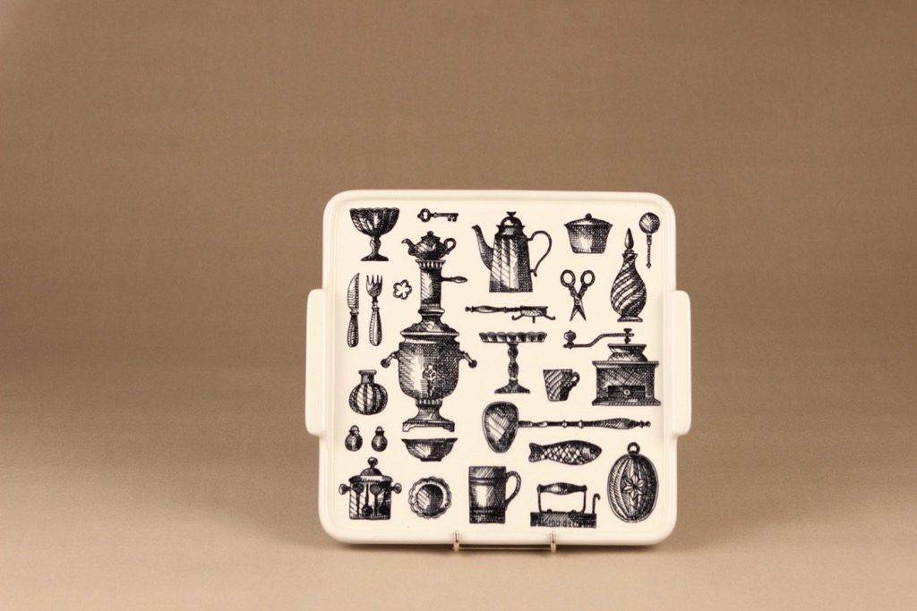 Arabia Antique tarjotin, mustavalkoinen, suunnittelija Esteri Tomula, kuparipainokoriste