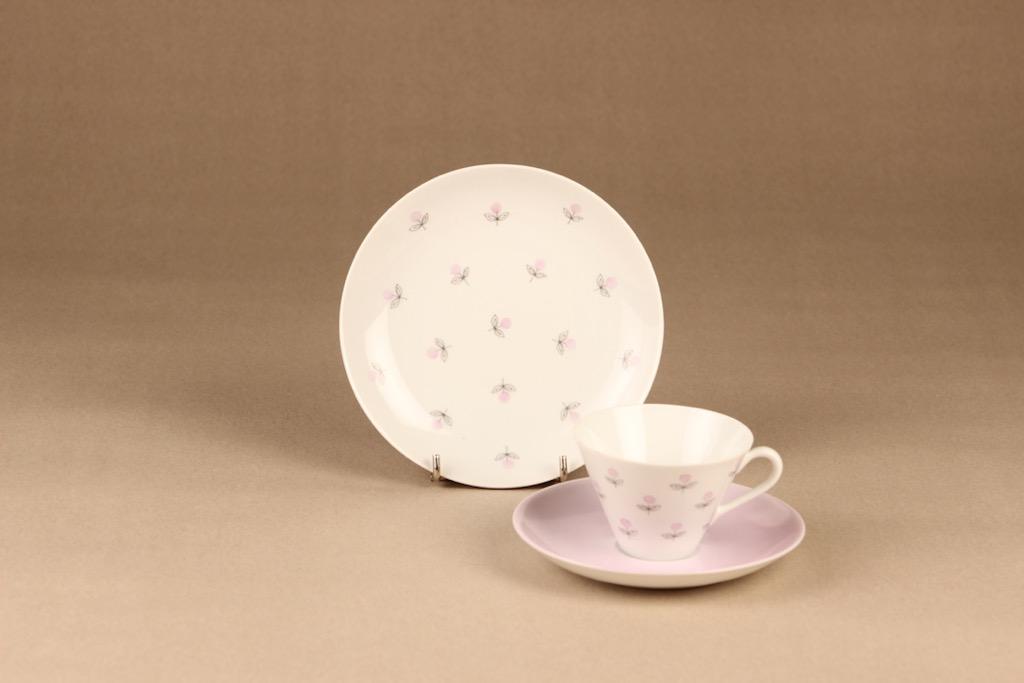 Arabia Monica kahvikuppi ja lautaset, käsinmaalattu, suunnittelija Esteri Tomula, käsinmaalattu, signeerattu, kukka