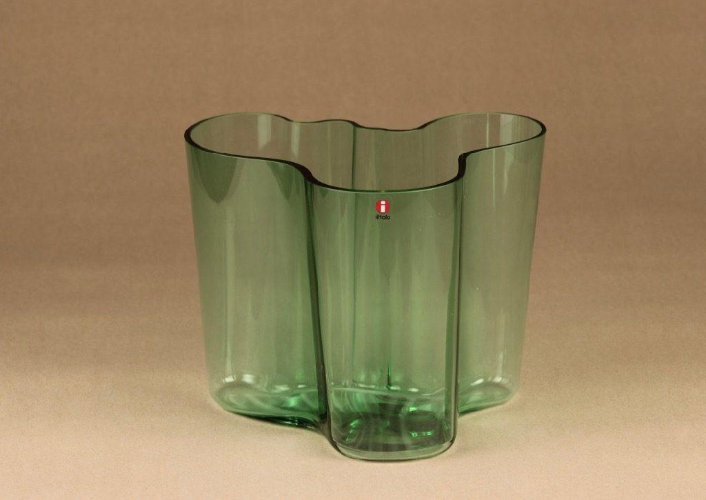 Iittala Aalto  maljakko, vihreä, suunnittelija Alvar Aalto, vihreä, konesigneeraus