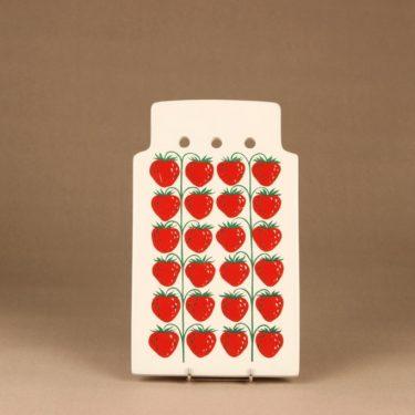 Arabia Pomona mansikka talouslevy, punainen, suunnittelija Raija Uosikkinen, serikuva, mansikka, leukkuulauta