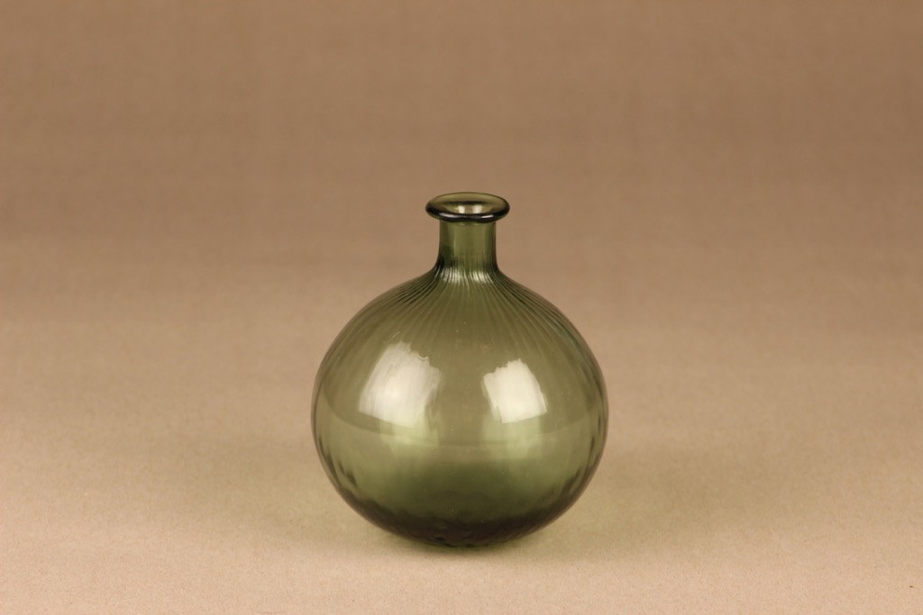Riihimäen lasi Neptuna pullo, vihreä, suunnittelija Nanny Still,