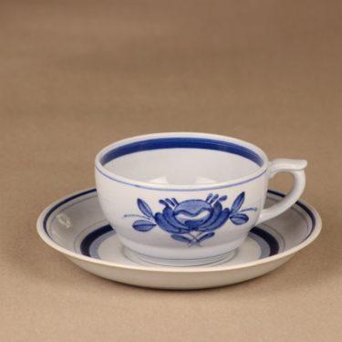 Arabia Blue Rose teekuppi, käsinmaalattu, suunnittelija Svea Granlund, käsinmaalattu, kukka-aihe
