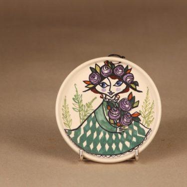 Kupittaan savi 997   koristelautanen, käsinmaalattu, suunnittelija Gudrun Raunio, käsinmaalattu, signeerattu