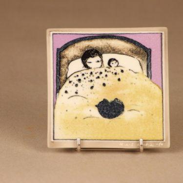 Arabia seinälaatta, Sisarukset nukkumassa, suunnittelija Heljä Liukko-Sundström, Sisarukset nukkumassa, signeerattu