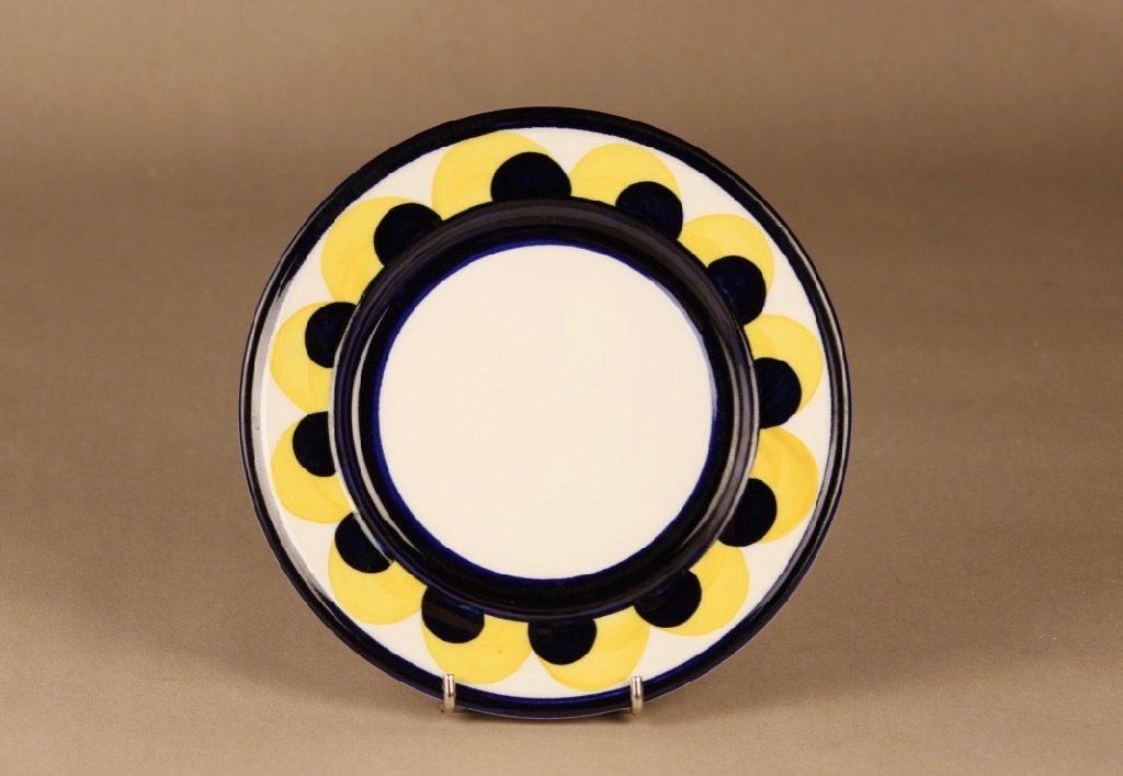 Arabia Paju lautanen, käsinmaalattu, suunnittelija Anja Jaatinen-Winquist, käsinmaalattu, signeerattu
