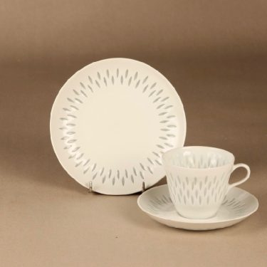 Arabia riisiposliini kahvikuppi ja lautaset, valkoinen, suunnittelija Friedl Holzer-Kjellberg, massasigneerattu
