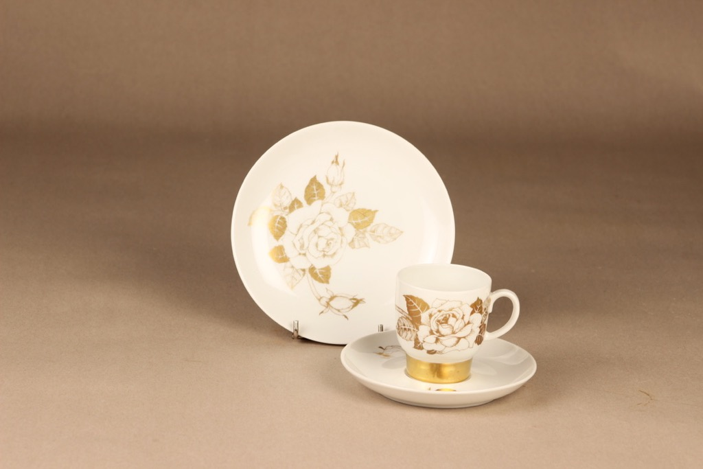 Arabia Kultaruusu kahvikuppi ja lautaset, kulta, suunnittelija Raija Uosikkinen, kukka