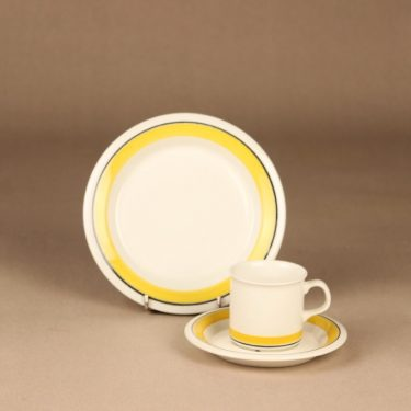 Arabia Faenza Raita kahvikuppi ja lautaset, keltainen, suunnittelija Inkeri Seppälä, raita