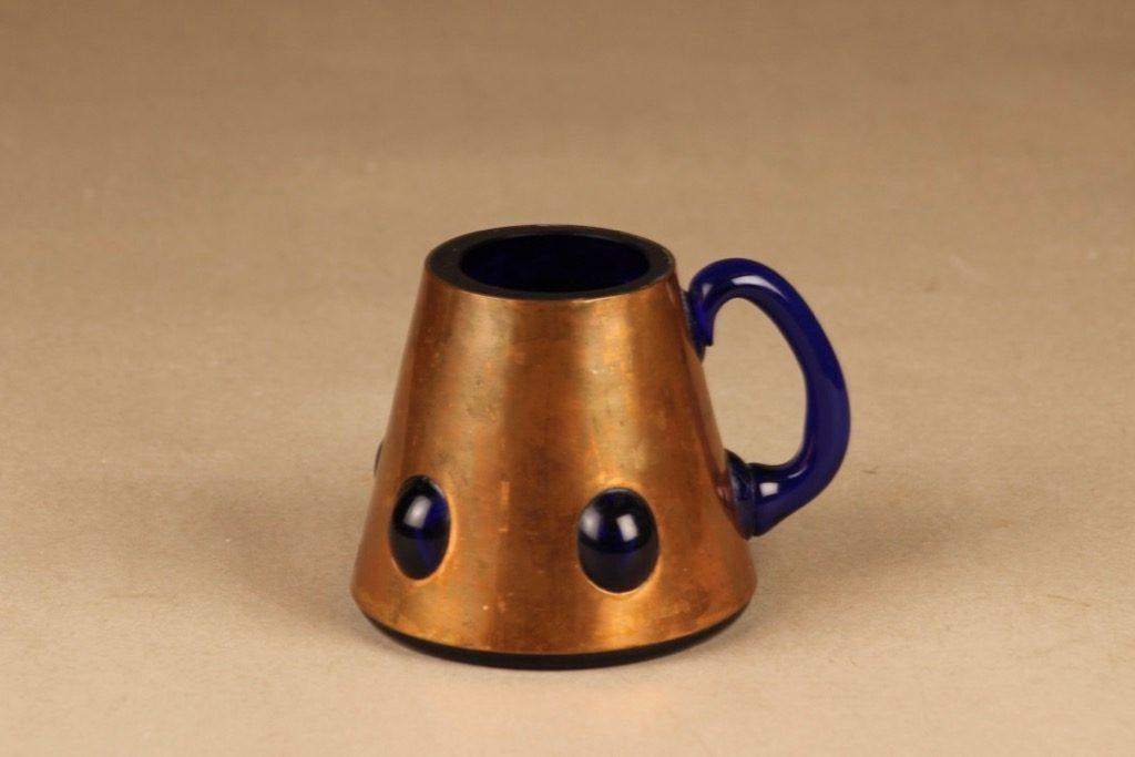 Kumela tuoppi, metallivanteessa, suunnittelija Jan Salakari, metallivanteessa