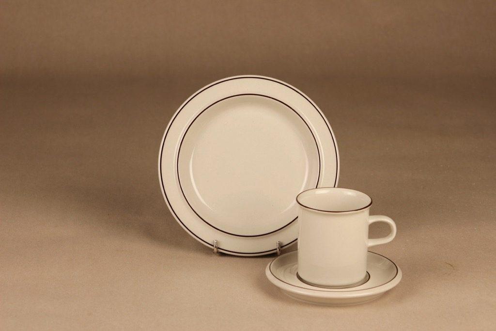Arabia Fennica kahvikuppi ja lautaset, valkoinen, ruskea, suunnittelija Richard Lindh, raitakoriste