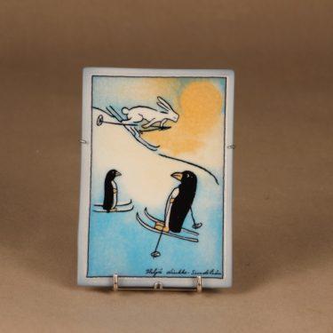 Arabia HLS seinälaatta, Talven iloa, suunnittelija Heljä Liukko-Sundström, Talven iloa, pingviini
