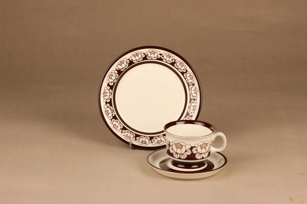 Arabia Katrilli kahvikuppi ja lautaset, ruskea, suunnittelija Esteri Tomula, kukka, serikuva