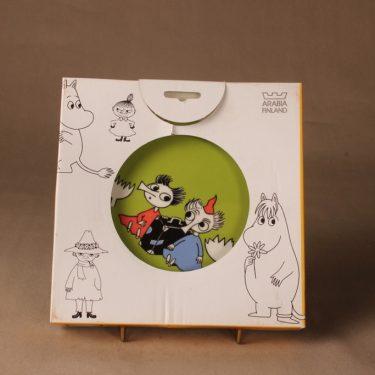 Arabia Muumi lautanen, kaksipuoleinen, Tiuhti&Viuhti + paketti, suunnittelija Tove Jansson/Tove Slotte-Elevant, Tiuhti&Viuhti + paketti, muumi