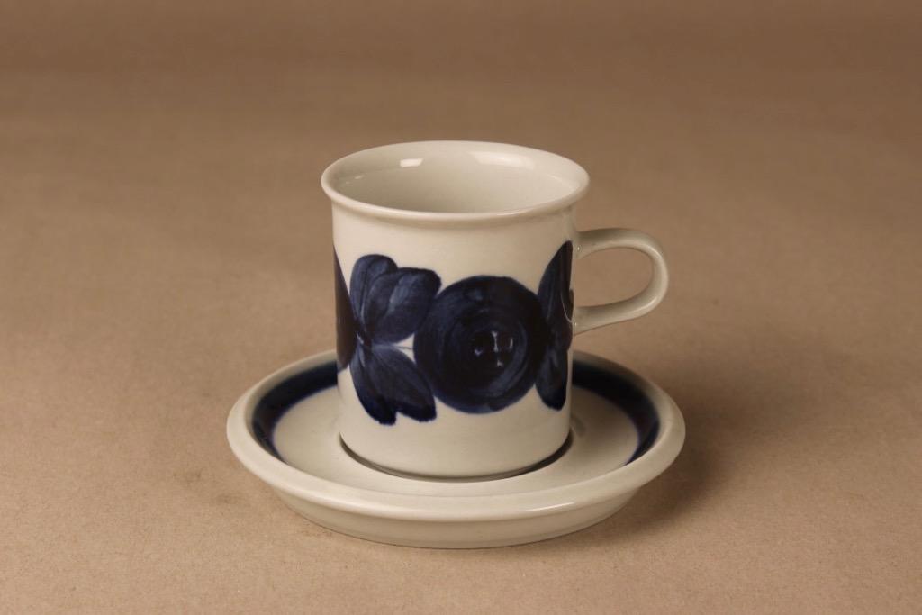 Arabia Anemone kahvikuppi, käsinmaalattu, suunnittelija Ulla Procope, käsinmaalattu, signeerattu