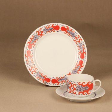 Arabia Esmeralda kahvikuppi ja lautaset(2), punainen, suunnittelija Laila Hakala, serikuva