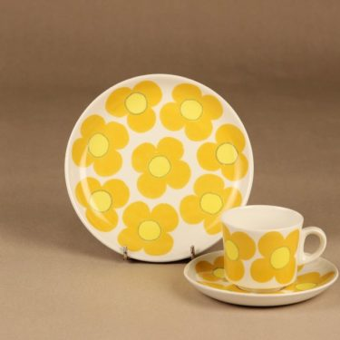 Arabia Aurinko kahvikuppi ja lautaset(2), keltainen, suunnittelija Esteri Tomula, kukka, serikuva