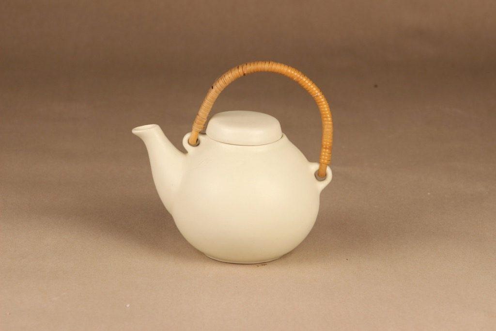 Arabia GA 1 teekaadin, rottinkikahvalla, suunnittelija Ulla Procope, rottinkikahvalla