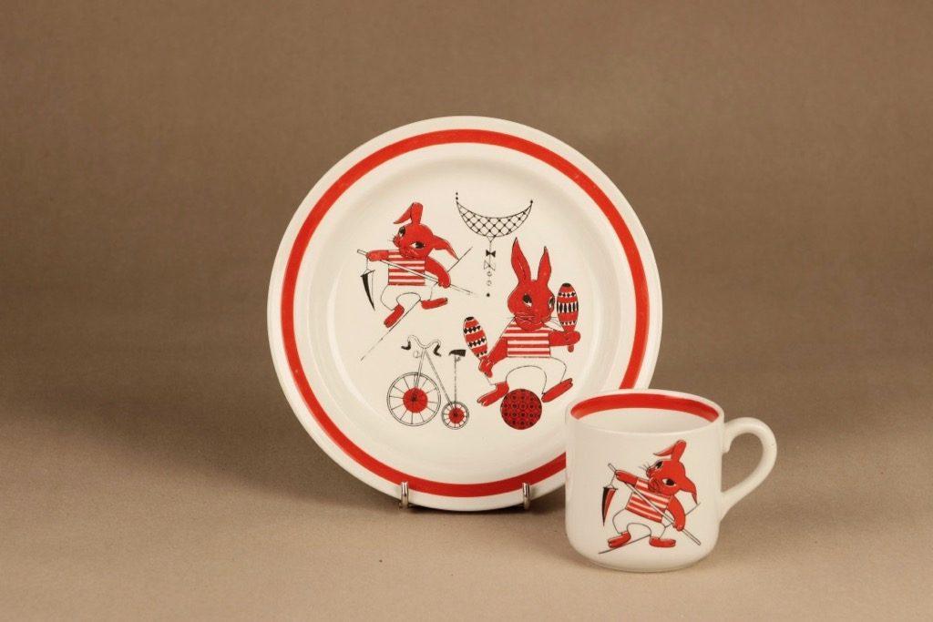 Arabia Sirkus lasten kuppi ja lautanen, punainen, suunnittelija Kaarina Aho, orava