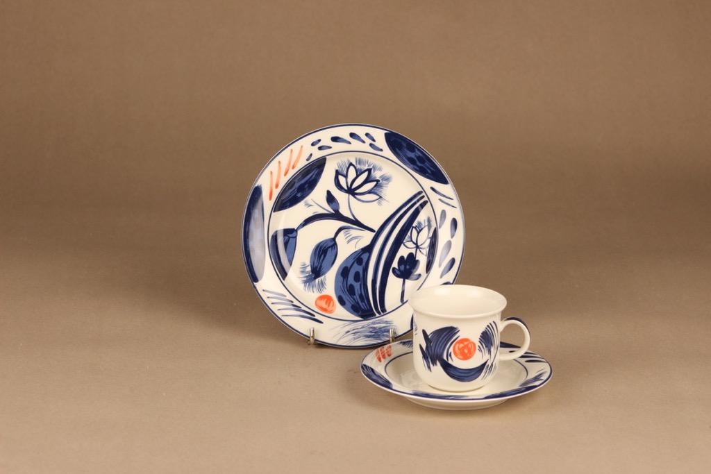 Arabia Arctica Nova kahvikuppi ja lautaset(2), sininen, punainen, suunnittelija Dorrit von Fieandt, serikuva