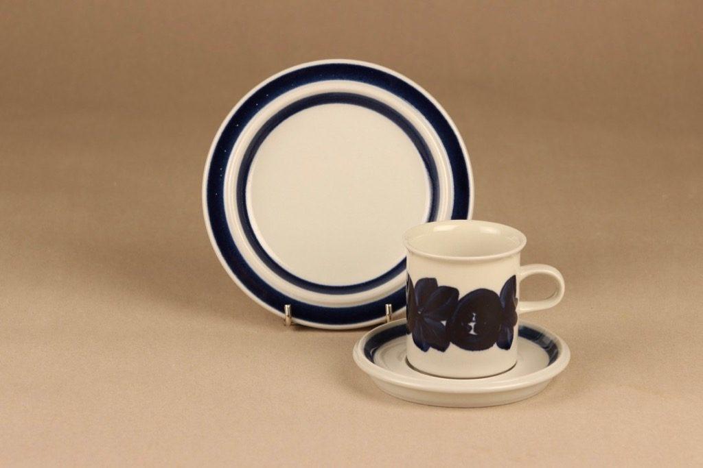 Arabia Anemone kahvikuppi ja lautaset, käsinmaalattu, suunnittelija Ulla Procope, käsinmaalattu
