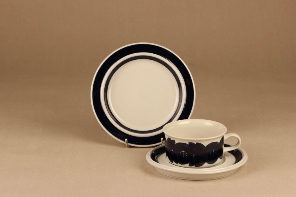 Arabia Anemone teekuppi ja lautaset, käsinmaalattu, suunnittelija Ulla Procope, käsinmaalattu
