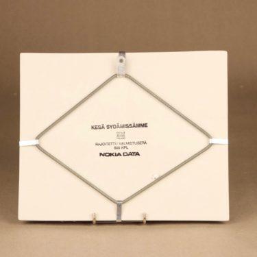 Arabia HLS seinätaulu, Kesä sydämissämme, suunnittelija Heljä Liukko-Sundström, Kesä sydämissämme, signeerattu, tilaustyö kuva 2