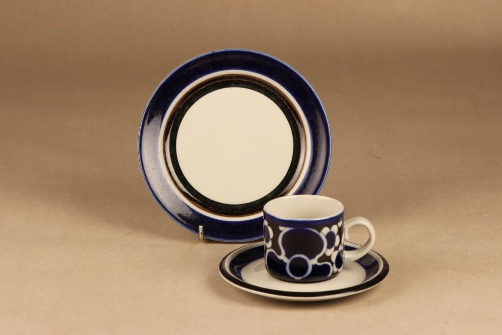 Arabia Saara kahvikuppi ja lautaset(2), sininen, ruskea, suunnittelija Anja Jaatinen-Winquist, erikoiskoriste