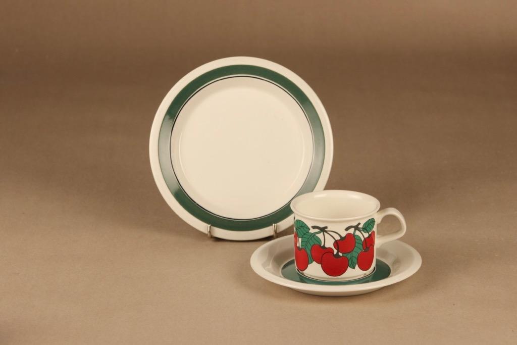 Arabia Kirsikka kahvikuppi ja lautaset(2), punainen, vihreä, suunnittelija Inkeri Seppälä, serikuva