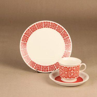 Arabia Tytti kahvikuppi ja lautaset(2), punainen, suunnittelija Raija Uosikkinen,